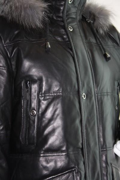 Мужской кожаный пуховик, черного цвета.  Капюшон отделан мехом...